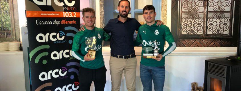 Berto Cayarga y Sergio Ruiz posan con sus premios junto a David Andrés, gerente de La Ventana.